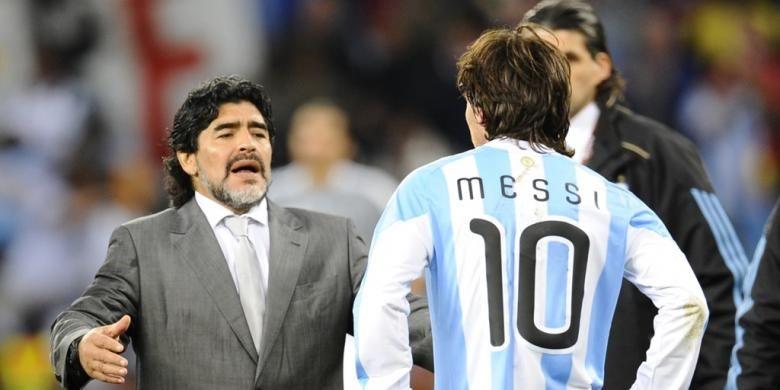 Ekspresi Diego Maradona (kiri) dan Lionel Messi setelah Argentina kalah dari Jerman pada perempat final Piala Dunia 2010 di Stadion Green Point, Cape Town, 3 Juli 2010.