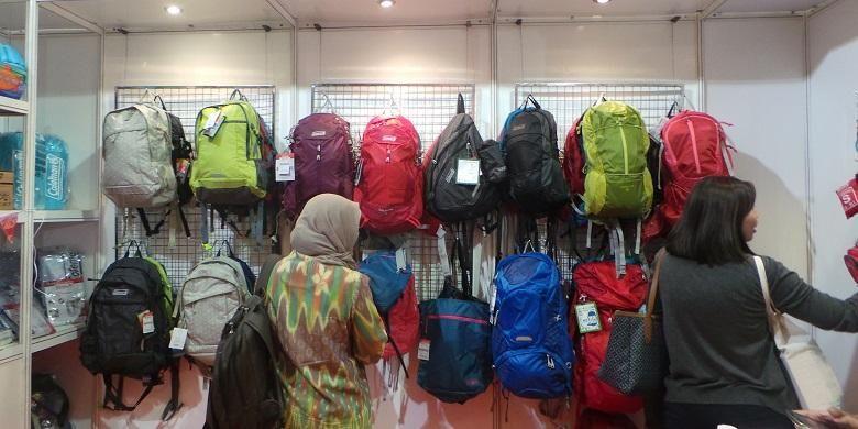 Pengunjung melihat tas ransel untuk mendaki gunung di salah satu stan Deep & Extreme Indonesia 2016 yang diselenggarakan di Jakarta Convention Center, Kamis (31/3/2016).