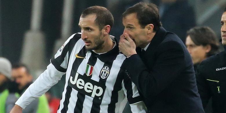 Bek Juventus, Giorgio Chiellini, tengah mendengarkan instruksi dari sang pelatih, Massimiliano Allegri, pada laga Serie A kontra AC Milan di Stadion Juventus, 7 Februari 2015.