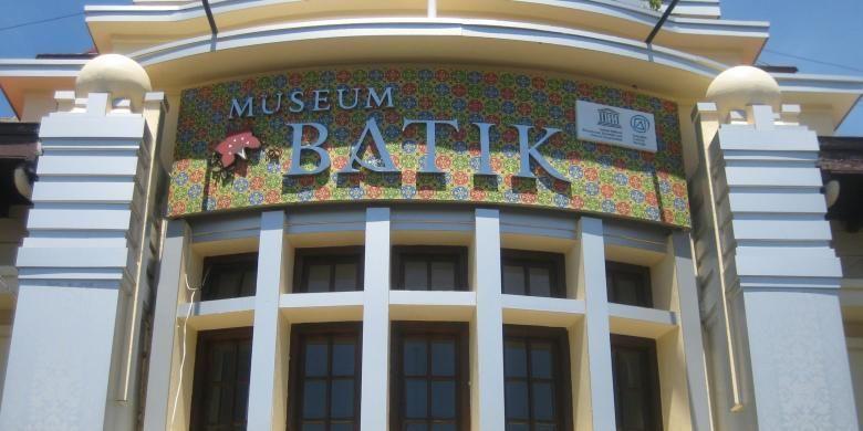 Museum Batik Pekalongan menjadi salah satu ikon Kota Pekalongan. Museum yang diresmikan oleh Presiden Susilo Bambang Yudhoyono pada 12 Juli 2006 ini menempati bekas Gedung Balai Kota Pekalongan di Jalan Jetayu nomor 1, Kota Pekalongan. Fasilitas yang dimiliki museum ini terdiri dari ruang koleksi batik, ruang perpustakaan, kedai batik, ruang workshop batik, ruang pertemuan, dan ruang konsultasi atau pelayanan hak kekayaan intelektual (HKI).