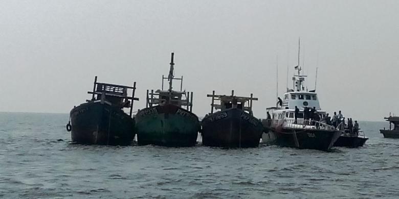 Tiga kapal berbendera Malaysia yang melakukan ilegal fishing sesaat sebelum diledakkan di perairan Langsa, Aceh, Selasa (5/4/2016)