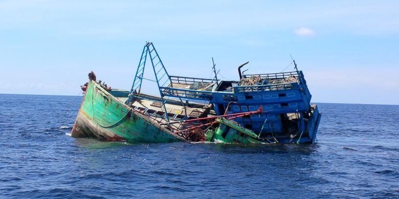 Dua kapal asal Vietnam yang ditenggelamkan di perairan Pulau Datuk, Kabupaten Mempawah, Kalimantan Barat (5/4/2016)