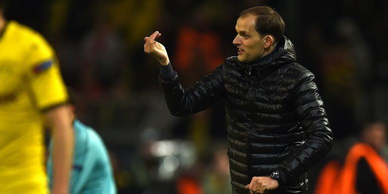 Pelatih Borussia Dortmund, Thomas Tuchel, memberikan instruksi kepada para pemainnya pada laga leg pertama perempat final Liga Europa di Signal Iduna Park, Kamis (7/4/2016) waktu setempat.