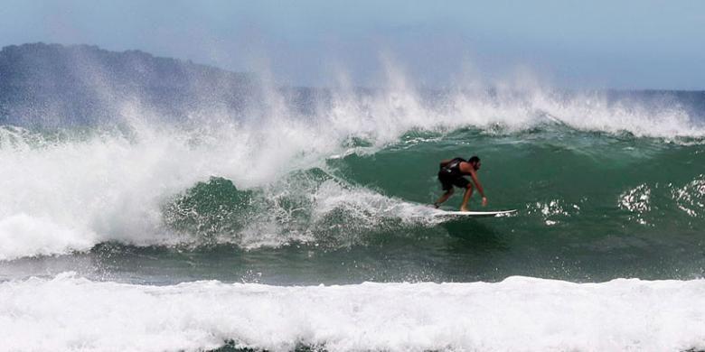 Wisatawan berselancar di Pantai Kertasari, Kecamatan Taliwang, Kabupaten Sumbawa Barat, Nusa Tengara Barat, Kamis (11/2/2016). Pantai ini sering dipakai berlatih sejumlah peselancar profesional dari mancanegara