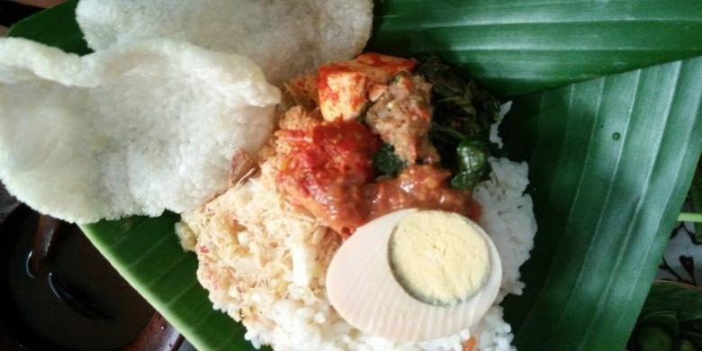 Sego Cawuk, kuliner khas yang biasanya dikonsumsi untuk sarapan masyarakat Banyuwangi. Sego Cawuk tampil di Festival Kuliner Banyuwangi, Jawa Timur, Minggu (10/4/2016).