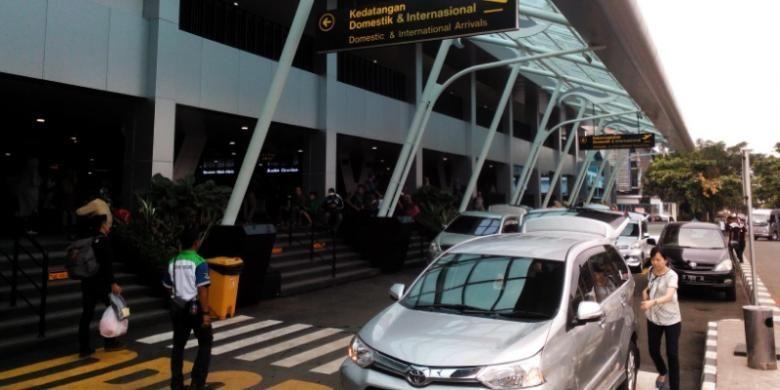 Sejumlah kendaraan saat mengantre di Bandara Husein Sastranegara Bandung, Jalan Pajajaran, Senin (11/4/2016