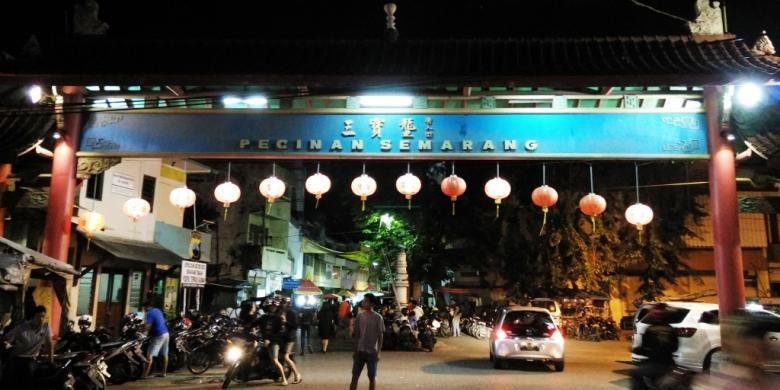 Suasana budaya Tionghoa dan Jawa terasa ketika memasuki gerbangnya. Lampion-lampion merah bergantungan di depan.