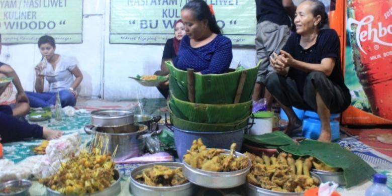 Tampilan penjualnya seperti gudeg Yogyakarta, ibu-ibu yang berdagang dikelilingi panci panci besar berisikan paket komplit hidangan tersebut.