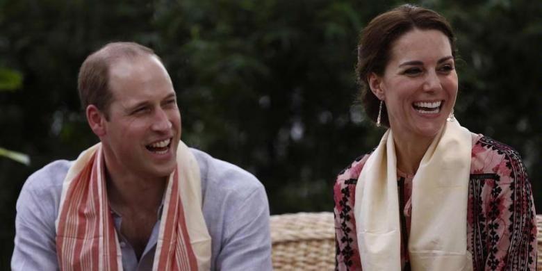 Pangeran William dan Kate Middleton, saat berbicara dengan para pengurus pusat rehabilitasi margasatwa dan konservasi di Panbari, hutan cagar alam di Kaziranga, India, 13 April 2016. Mereka tengah melakukan kunjungan dinas kerajaan Inggris di India selama 7 hari.