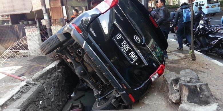 Toyota Avanza dengan nomor polisi B 1506 PRU mengalami kecelakaan tunggal di Jalan Jenderal Ahmad Yani, Jakarta Timur, Kamis (14/4/2016).