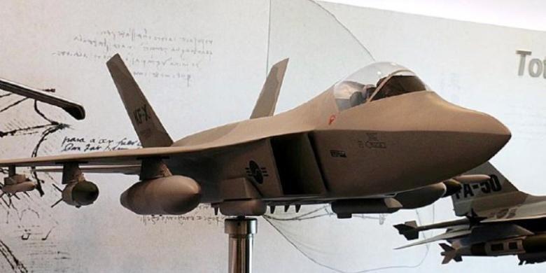 Model pesawat tempur KF-X ini ditampilkan di bagian depan perusahaan penerbangan Korea Aerospace Industries (KAI) di Sacheon, Korea Selatan. Riset untuk pembuatan prototipe pesawat tempur generasi 4,5 ini masih berlangsung sampai 2021. Proyek dijadwalkan rampung pada 2026 dengan produksi 250 pesawat tempur untuk Korea dan Indonesia. (KOMPAS/NINA SUSILO)