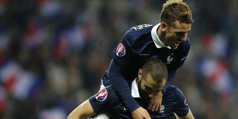 Antoine Griezmann dan Karim Benzema merayakan gol ke gawang Armenia, di Stadium Allianz Riviera, pada 8 Oktober 2015
