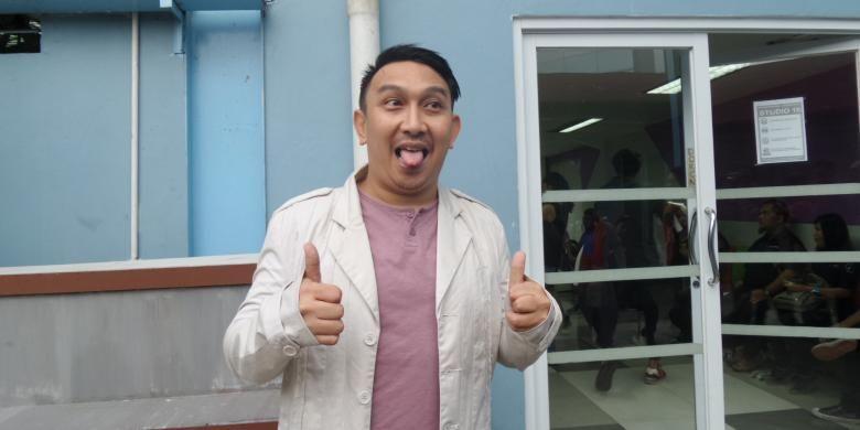 Pembawa acara Augie Fantinus diabadikan di halaman Gedung Trans, Jalan Tendean, Mampang Prapatan, Jakarta Selatan, Jumat (15/4/2016).