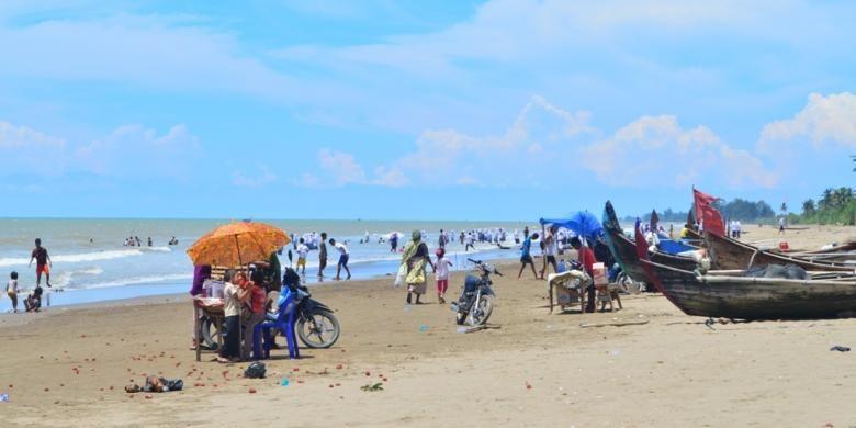Pengunjung memadati  Pantai di Desa Bantayan, Kecamatan Seunuddon, Aceh Utara, Minggu (17/4/2016).