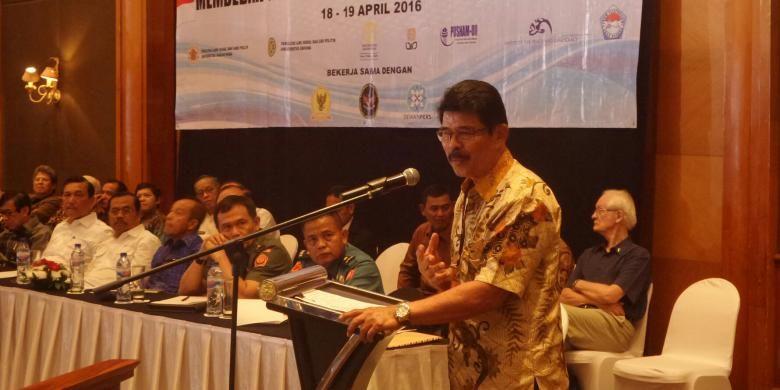Letnan Jenderal Purnawirawan Sintong Panjaitan angkat bicara sebagai pelaku sejarah dalam Simposium Nasional Membedah Tragedi 1965, di Jakarta, Senin (18/4/2016). Sintong membantah bahwa terdapat 100.000 korban jiwa akibat operasi yang ia lakukan di daerah Jawa Tengah.