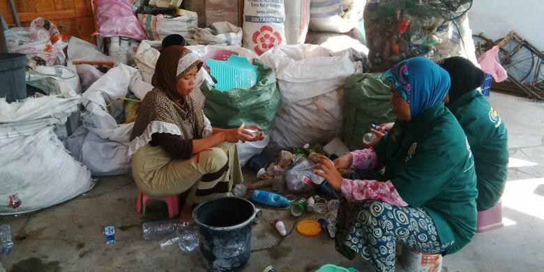 Pegawai Bank Sampah Bintang Mangrove memilah sampah, Selasa (19/4/2016).