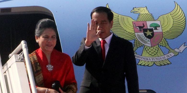 Presiden Joko Widodo didampingi Ny Iriana Joko Widodo memasuki pesawat kepresidenan untuk bertolak ke Amerika Serikat dari Bandara Halim Perdana Kusuma, Jakarta, Minggu (14/2/2016).