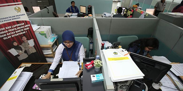 Pegawai pajak meneliti kebenaran isi laporan surat pemberitahuan tahunan (SPT) wajib pajak di Kantor Pelayanan Pajak Pratama Jakarta, Pasar Minggu, Kamis (21/4/2016).