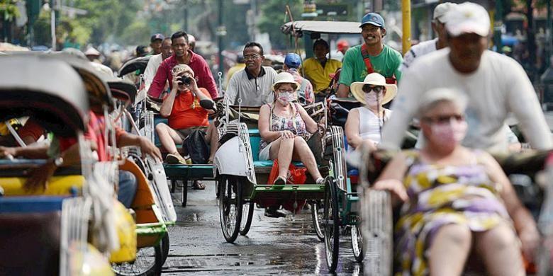 Wisatawan asing menaiki becak di Jalan Malioboro, Yogyakarta, Jumat (15/4/2016).