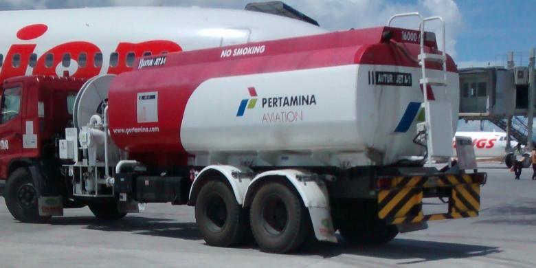 Ilustrasi: Tangki avtur Pertamina mengisi bahan bakar pesawat di Bandara Sentani, Jayapura, beberapa waktu lalu.