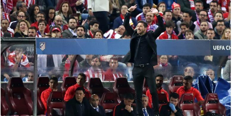 Reaksi pelatih Atletico Madrid, Diego Simeone, saat menyaksikan aksi pasukannya melawan Bayern Muenchen pada leg pertama semifinal Liga Champions di Stadion Vicente Calderon, Madrid, Rabu (27/4/2016).