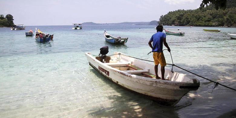 Kapal wisata bersandar di Pantai Iboih, Sabang, Aceh, Selasa (26/4/2016). Sabang menjadi salah satu andalan Provinsi Aceh untuk menarik minat kunjungan wisatawan. Namun, obyek wisata di Sabang dianggap belum banyak variasi, yakni hanya mengenai laut, seperti pantai dan bawah laut. Kondisi ini membuat kunjungan wisatawan cenderung singkat, yakni rata-rata 2-3 hari.