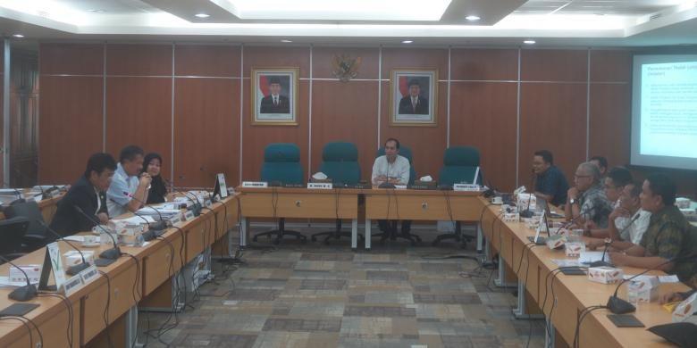 Rapat antara Komisi D DPRD DKI dan warga apartemen Green Pramuka, di Gedung DPRD, Kamis (28/4/2016). Pada kesempatan itu, warga apartemen Green Pramuka menyampaikan keluhan mengenai kebijakan pengelola apartemen yang dinilai cenderung memeras penghuni.