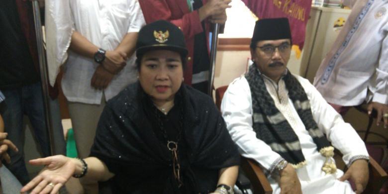 Pendiri Yayasan Bung Karno dan Yayasan Pendidikan Soekarno (YPS) Rahmawati Soekarnoputri dengan Adhiyaksa Dault di Masjid Luar Batang, Penjaringan, Jakarta Utara, Jumat (29/4/2016).