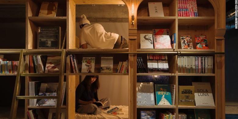 Hostel Books and Beds di Tokyo, Jepang.