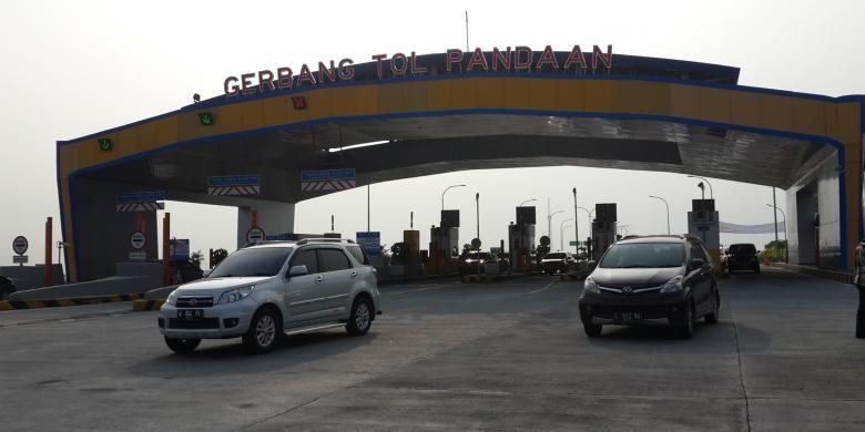 Suasana di exit Tol Pandaan, Jumat (6/5/2016). Arus kendaraan di Tol Gempol menuju Pandaan itu mengalami kepadatan memasuki hari kedua libur panjang