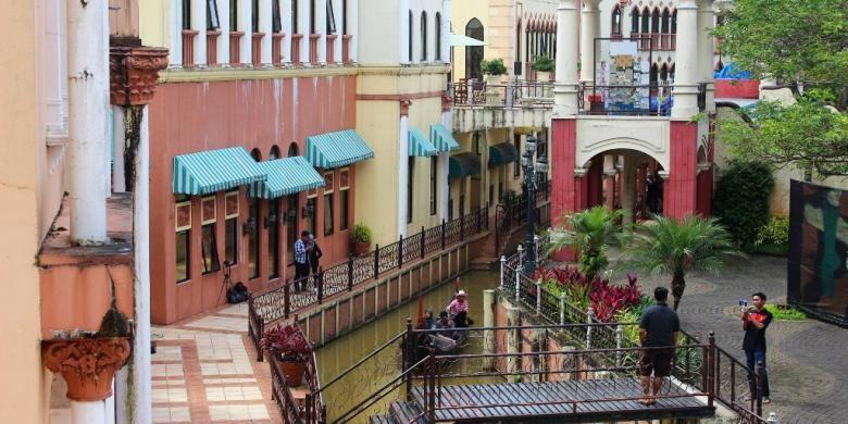 Suasana kawasan wisata venice, barisan gedung bernuansa eropa dan aliran sungai kecil membawa suasana pengunjung ke Venesia.