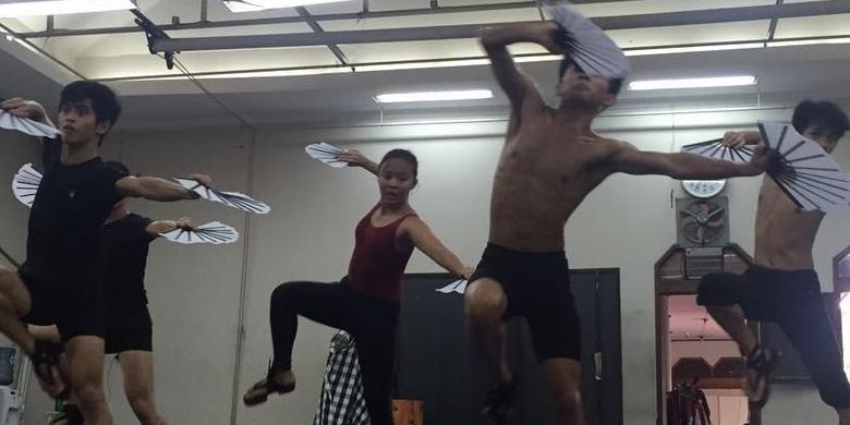 Anggota EKI Dance sedang berlatih.