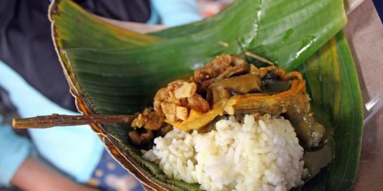 Tengkleng Bu Edi Klewer di Pasar Klewer, Solo, Jawa Tengah.