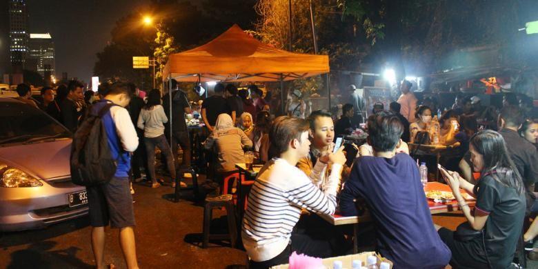 Keramaian di tenda Sate Taichan Bang Ocit, Patal Senayan, Jakarta, Kamis (12/5/2016).