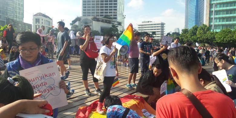 Komunitas Lesbian, Gay, Biseksual, dan Transgender (LGBT) mengikuti aksi solidaritas untuk YY, remaja yang meninggal setelah diperkosa dan dibunuh oleh 14 pemuda di Bengkulu. Aksi dilakukan di kawasan Hari Bebas Kendaraan Bermotor (HBKB), Bunderan HI, Jakarta Pusat, Minggu (15/5/2016).