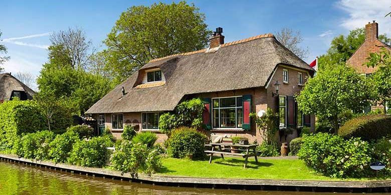Giethoorn terletak 125 Km dari Kota Amsterdam, Anda bisa menyambanginya naik kereta atau mobil selama 90 menit