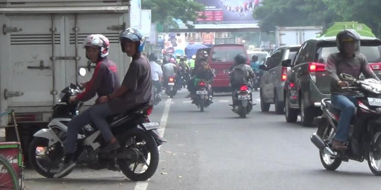Sejumlah pelanggar lalulintas di Kabupaten Gowa, Sulawesi Selatan berupaya berputar arah demi menghindari operasi Patuh Jaya. Selasa, (17/05/2016).