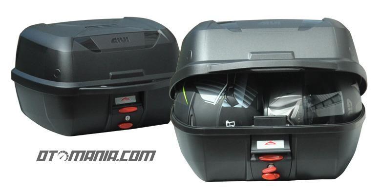 GIVI Boks terbaru tipe E43 dengan kapasitas besar, cukup untuk menyimpan dua helm full face.