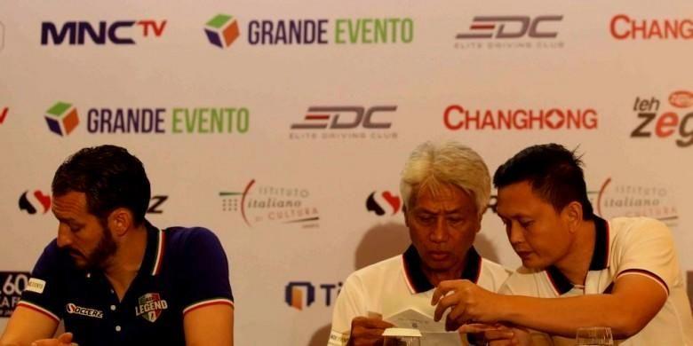 Pemain Primavera-Baretti, Yeyen Tumena (paling kanan), sedang berbicang dengan Danurwindo sementara Gianluca Zambrotta tengah bersiap menghadapi para wartawan di Hotel JW Marriott, Jakarta, pada Jumat (20/5/2016).