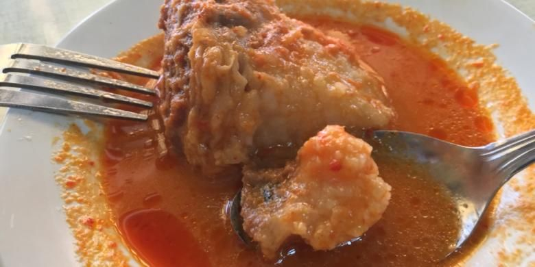 Gulai gajebo disajikan di piring kecil, lengkap dengan kuahnya. Sungguh menggoda. Bagian gajih alias lemak mendominasi potongan daging yang mengambang di kuah asam padeh berwarna merah.