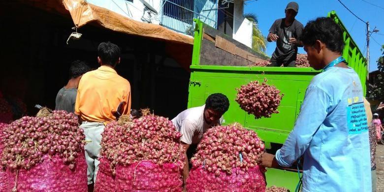 Bawang merah di Pasar Mandalika, Kota Mataram, NTB.