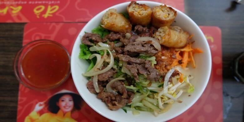 Bun Bo Xao, Bun Cha (mie bihun) dengan tumis daging sapi dengan bumbu sereh dari restoran Do An.
