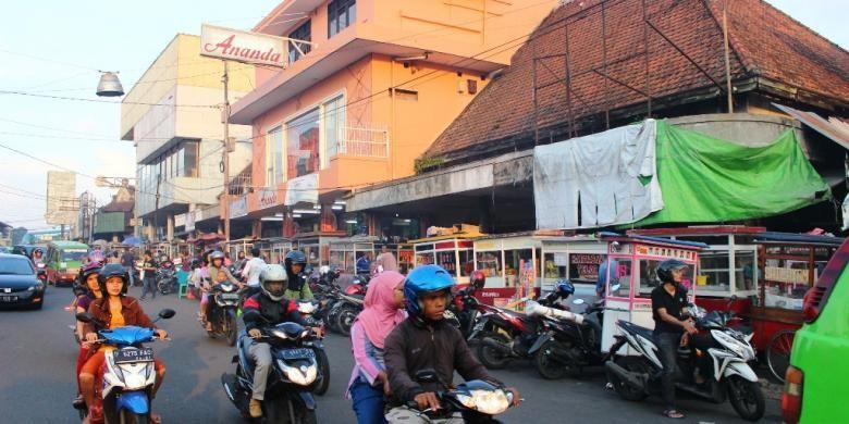 Anda bisa menikmati kuliner dengan suasana perkotaan malam Bogor di kawasan Jalan Veteran.