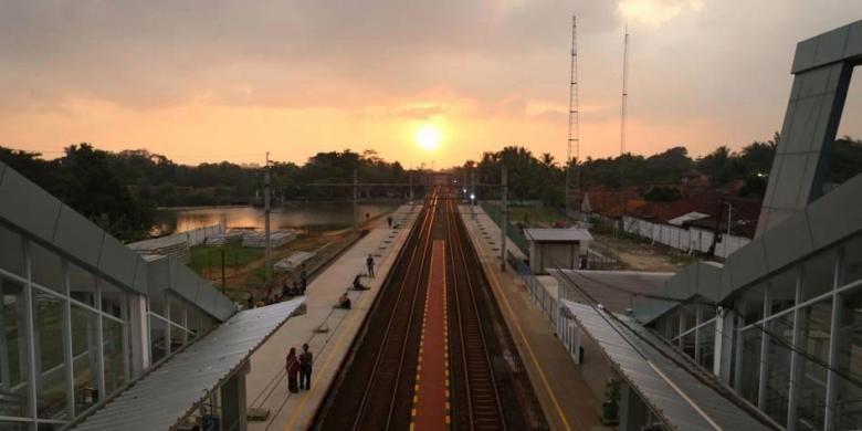 Suasana di Stasiun Maja, Banten, setelah direnovasi, Senin (23/5/2016). Tiga stasiun kereta komuter di wilayah Jabodetabek, yaitu Stasiun Kebayoran, Stasiun Parung Panjang, dan Stasiun Maja, direnovasi menjadi lebih modern untuk mengakomodasi jumlah penumpang yang semakin banyak.