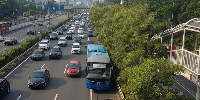 Bus APTB melintas di Tol Dalam Kota, Jakarta, Rabu (1/6/2016). Bus-bus tersebut dilarang melintas di Jalur Transjakarta mulai hari ini. Bus berwarna biru itu juga tak lagi memakai nama APTB.