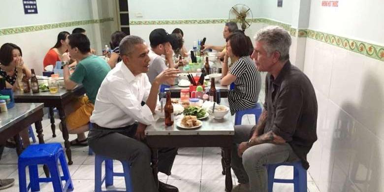 Presiden AS Barack Obama dan Anthony Bourdain saat makan malam di sebuah kedai bun cha di Hanoi, Vietnam.