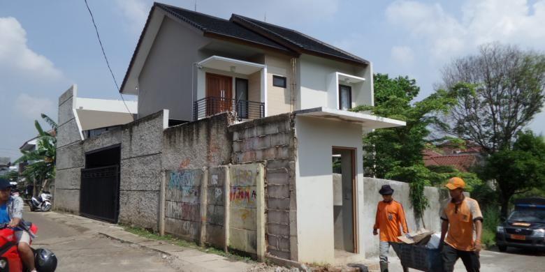 Kondisi rumah milik Denny, warga Bukit Mas Bintaro, Pesanggrahan, Jakarta Selatan, yang ditembok oleh sekelompok warga beberapa bulan lalu, tetap ditembok hingga hari ini, Kamis (2/6/2016). Denny terpaksa membuat pagar baru di samping rumahnya sebagai akses keluar-masuk yang baru.