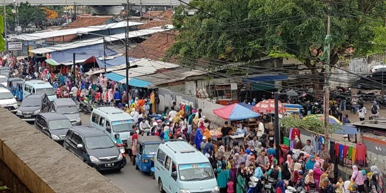 Pedagang kaki lima (PKL) Tanah Abang kembali marak jelang bulan Ramadhan, Jakarta Pusat, Jumat (3/6/2016). PKL paling banyak berada di seberang Stasiun Tanah Abang.