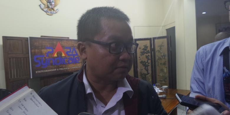 Peneliti Senior Para Syndicate, Toto Sugiarto di Kantor Para Syndicate, Kebayoran Baru, Jakarta, Jumat (3/6/2016)