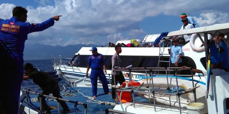 Petugas Dit Polair Polda NTB saat melakukan patroli laut.